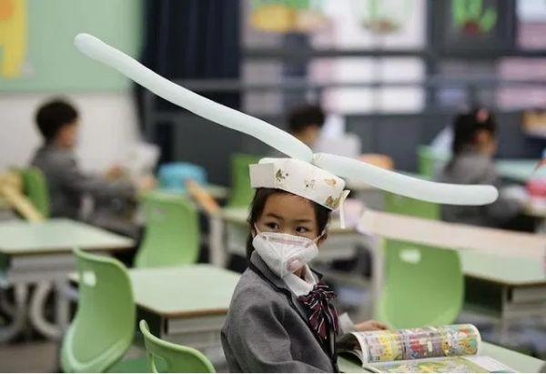 Bikin Senyum-senyum Sendiri, Ini Dia Topi Social Distancing Unik untuk Anak-anak di Hangzhou